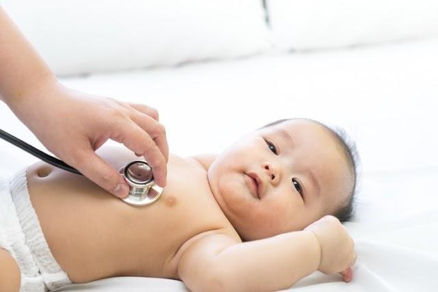 Trẻ sơ sinh bị đầy hơi, mẹ nên làm gì?