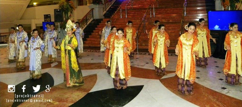 Persembahan tarian dan nyanyian turut menjadi elemen utama dalam persembahan ini