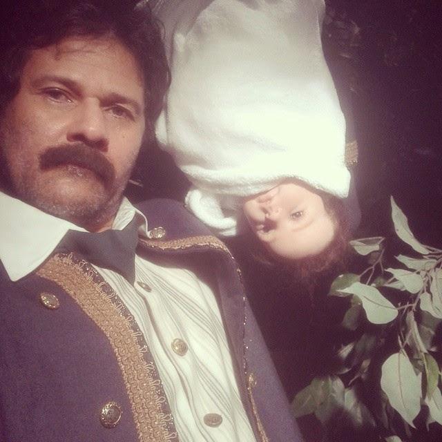 Na foto podemos ver uma boneca bebê que vai servir como personagem Isabela,  e como já era esperado, a vilã Regina não vai fazer o trabalho sujo, ... 8511787f5a