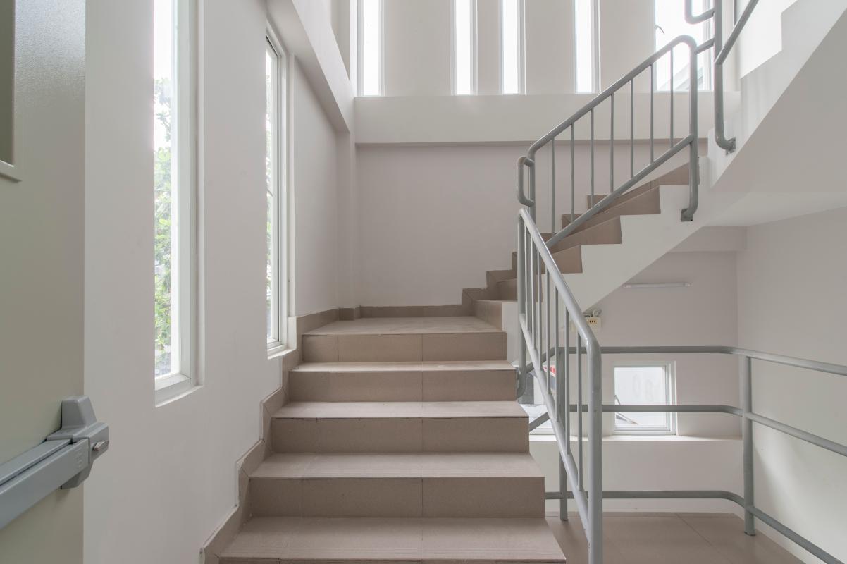 Khi gặp sự cố cháy nổ tại chung cư, bạn phải sử dụng thang bộ thoát hiểm và tuyệt đối không dùng thang máy