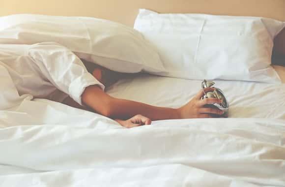 النوم المتقطع : إليك 4 أشياء تحدث لجسمك