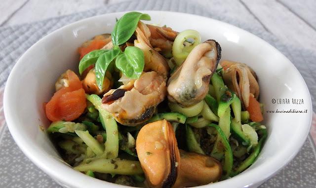 Spaghetti di zucchine con pesto e cozze