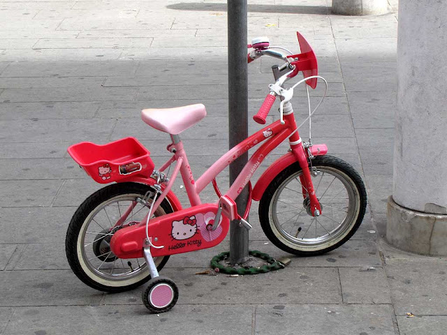 Hello Kitty pink bicycle, via della Madonna, Livorno