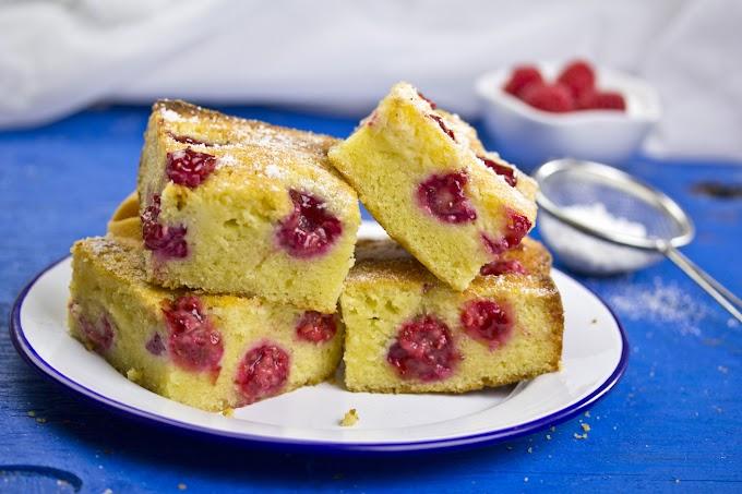 Pillekönnyű joghurtos kevert süti gyümölcsökkel: a legegyszerűbb poharas változat