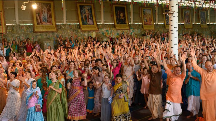 5,000 devotees ecstatically chant the Holy Names
