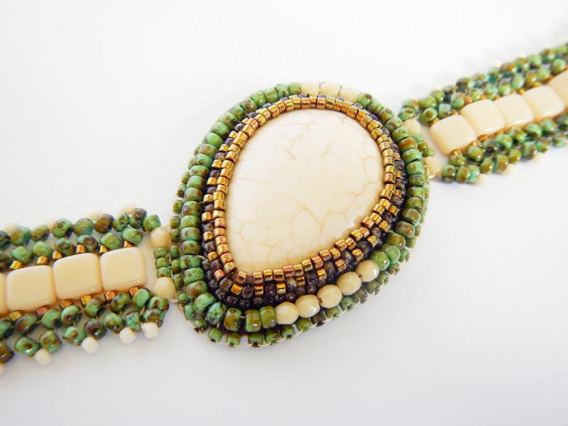 Bransoletka z hovlitem, haft koralikowy i beading
