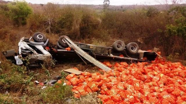 Caminhão da região de Irecê carregado de cebola tomba na Chapada Diamantina