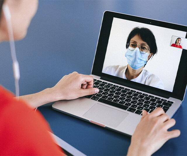 medico consultando paciente pela telemedicina