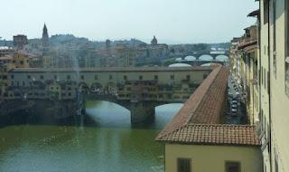 El Puente Vecchio y el Corredor Vasari desde la Galleria degli Uffizi.