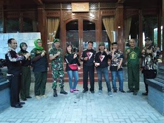 Koramil 04/Jebres Kodim Solo Gandeng FKPPI dan HIPAKAD Bagi-bagi Takjil.