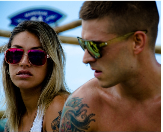... que vende online e entrega pro Brasil todo  www.absurdaonline.com.br –  o modelo das lentes espelhadas coloridas chama-se Calixto e custa R   390,00!! 3e5bf9e2e2