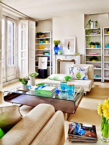 Sala decorada para primavera em tons de verde, azul e amarelo