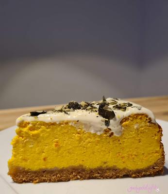 Kürbiskäsekuchen mit Keksboden und Schmand im Topping
