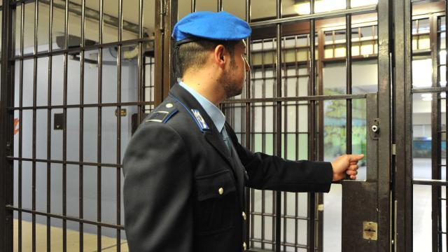 Lucera (FG): Poliziotto Penitenziario aggredito da carcerato, fratturata una costola
