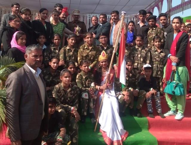 गणतंत्र दिवस पर ग्रुप डांस में सर्वोत्तम स्थान प्राप्त करने वाले विद्यार्थियों को विद्यालय ने सम्मानित किया