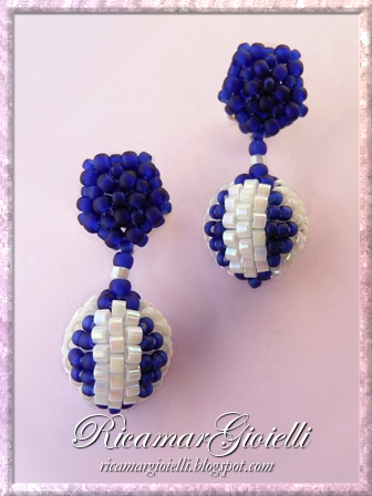 Orecchini con beaded beads lavorate a peyote
