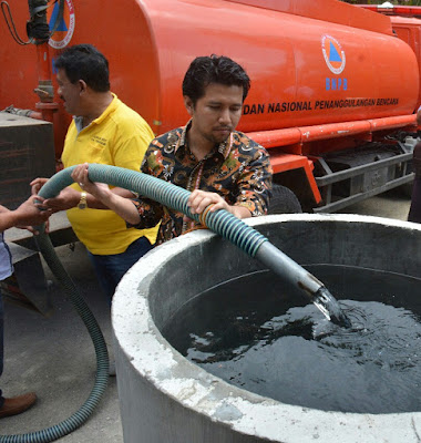 Turun Langsung Layani Distribusi Air ke Desa Kekeringan, Bupati Emil Temukan Wadah Air Berkarat