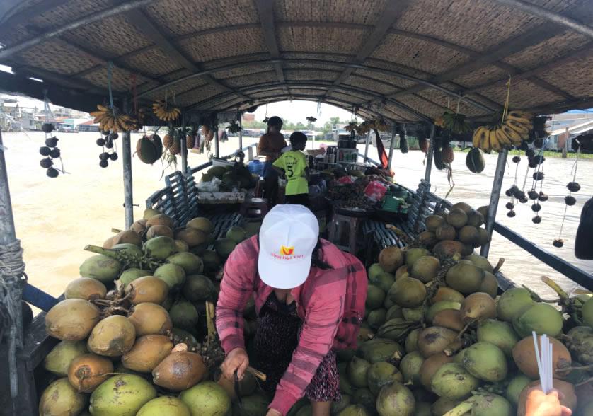 ướng dừa tươi chợ nổi Cái Bè