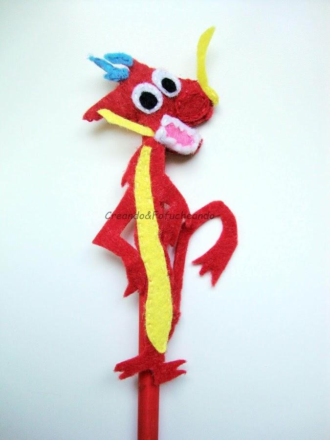 lápiz-decorado-con-el-dragón-mushu-en-fieltro
