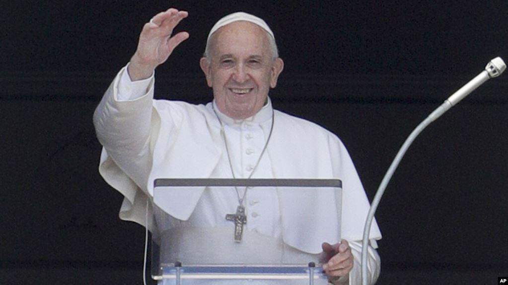 El papa Francisco bendice a los peregrinos reunidos en la Plaza de San Pedro, en El Vaticano, mientras recita el Angelus desde la ventana de su estudio, el domingo 14 de julio de 2019 / AP