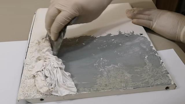 سطح معدني يتم إزالة الطلاء عليه بإستخدام الريموفر remover