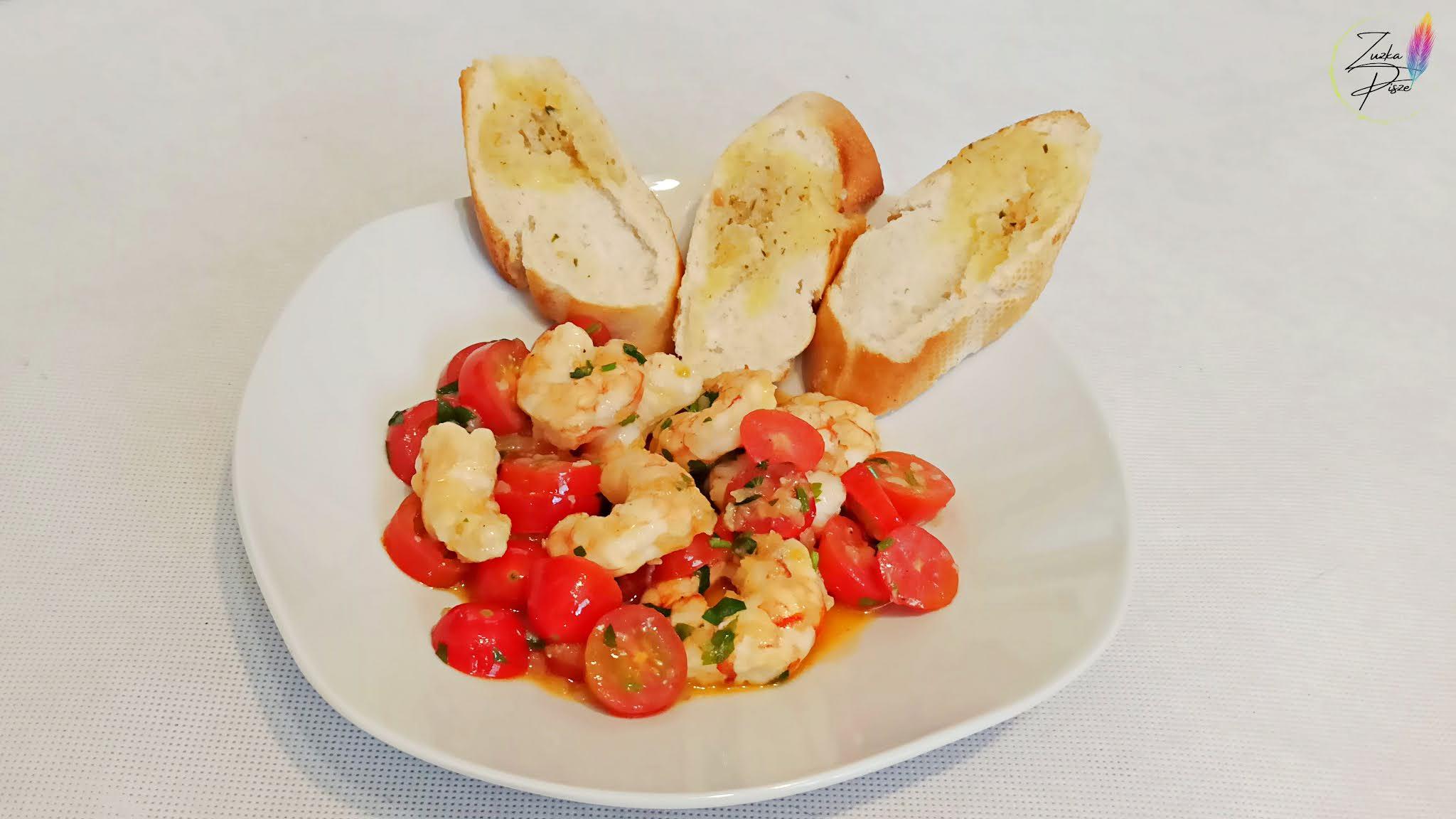 Krewetki argentyńskie z pietruszką, pomidorami koktajlowymi i bagietką czosnkową - przepis
