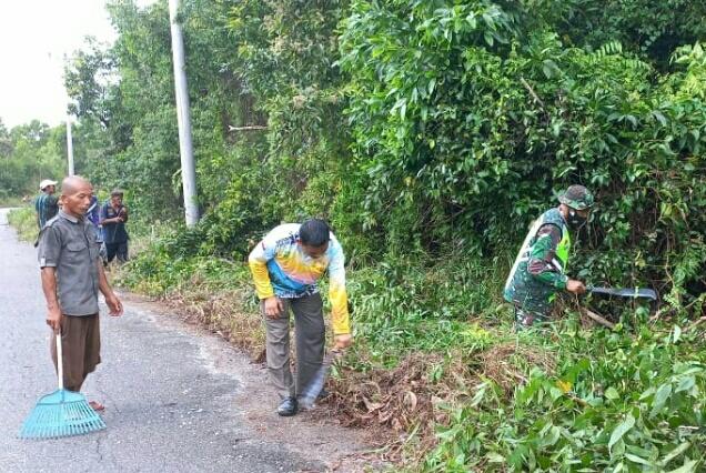 Babinsa Desa Cemaga Lakukan Gotong Royong bersama Warga Membersihkan Jalan Meliso Munung Laut