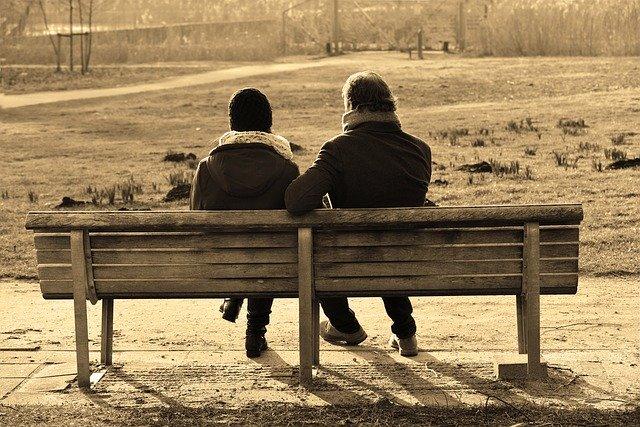 seorang wanita dan pria yang sedang duduk dengan suasana masa lalu