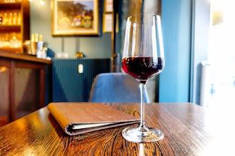 Mes Adresses : Assemblages, le bar à vin qui cache un atelier d'ébéniste, les joies de la dive bouteille, les subtilités du bois - Paris 4