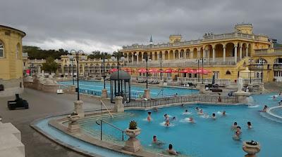piscinas-exteriores-balneario-Szechenyi-budapest