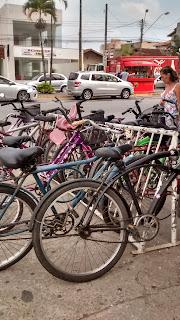 Bicicletas nas ruas. Transporte na praia