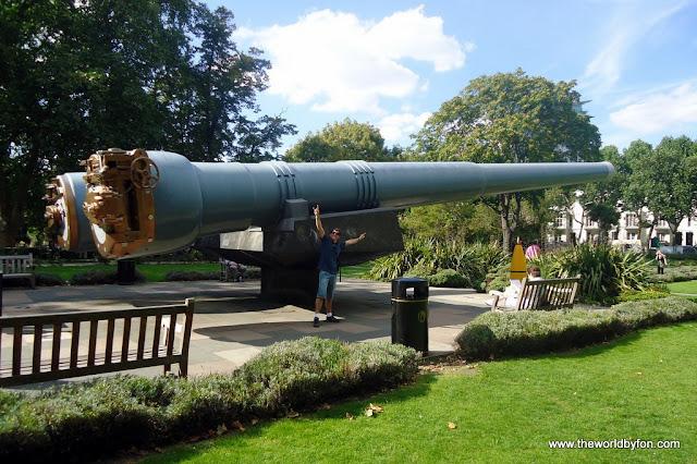 Enormes canhões no jardim em frente ao Museu Imperial da Guerra, em Londres