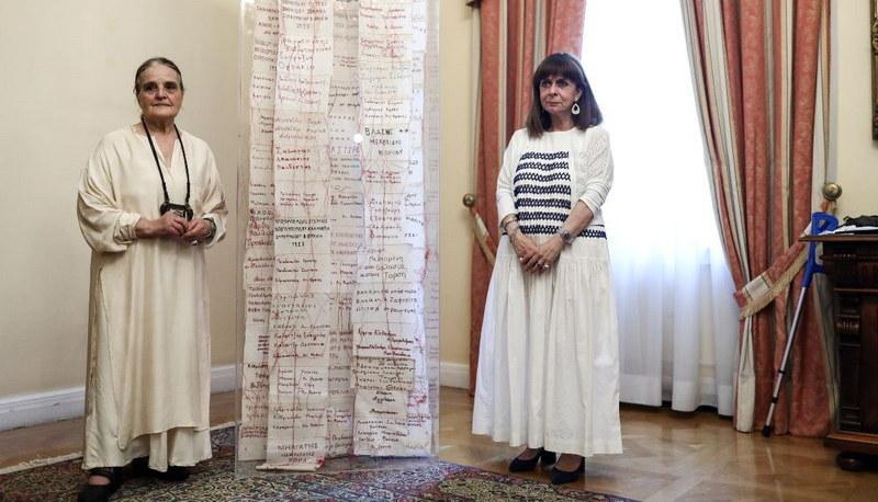 """Η Αγγελική Γιαννακίδου παρέδωσε στην Προεδρία της Δημοκρατίας το έργο """"Ταμείο Μνήμης"""""""