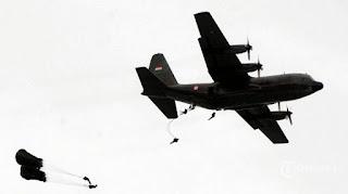 Angin Kencang Terpa Peterjun Paskhas TNI AU Setelah Melompat dari Pesawat