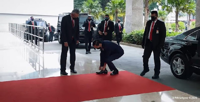Jokowi (Lupa) Ikat Tali Sepatu Hadir Di ASEAN Leaders' Meating