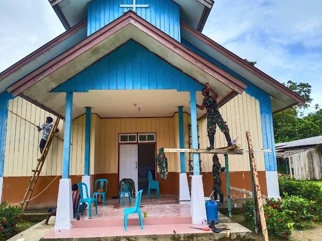 Satgas Pamrahwan Yonif 756/WMS Renovasi Gereja Katolik di Timika