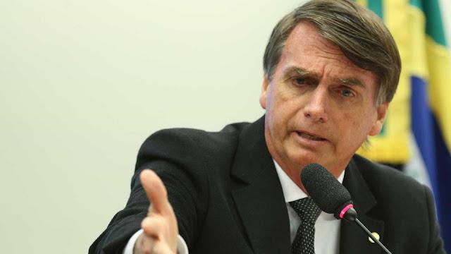 Chamado de fascista, Bolsonaro ataca jornalista: 'Você queima a rosca?'