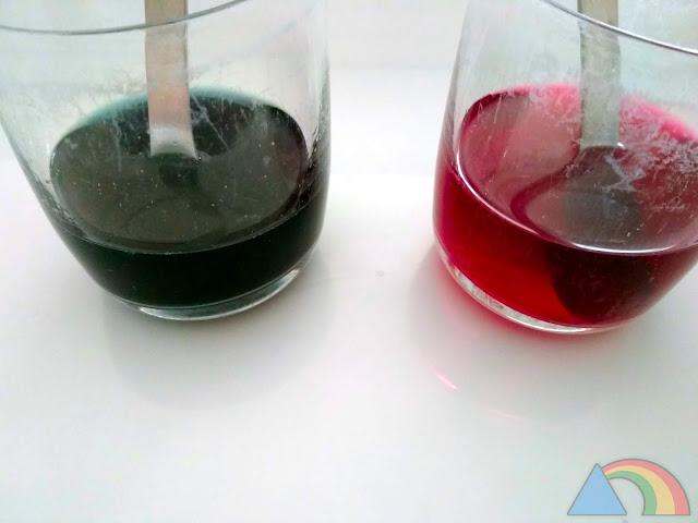 Vasos con col lombarda y bicarbonato sódico (azul) y col lombarda y vinagre (rojo)