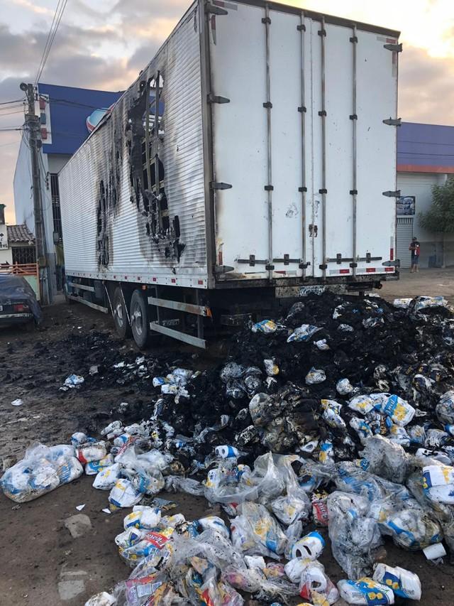 Caminhão com carga de papel higiênico pega fogo no interior do Ceará