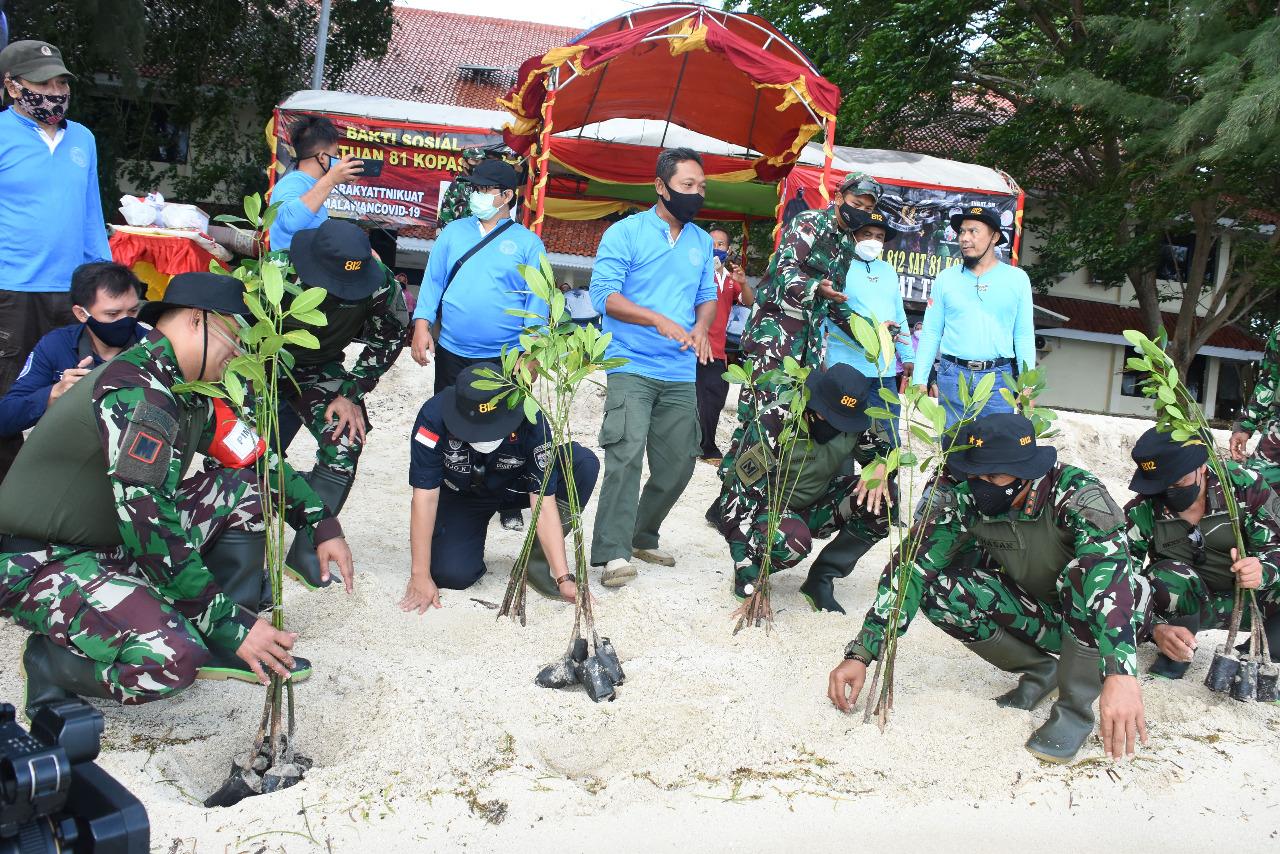 Danjen Kopassus Tanam 500 Mangrove di Pulau Karya