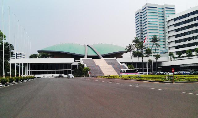 depan kantor dpr ri