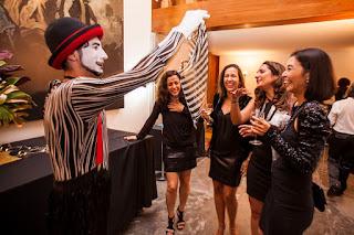 Mimico de Humor e Circo Produtora interagindo com convidados durante a festa de confraternização do Consulado Francês em São Paulo.
