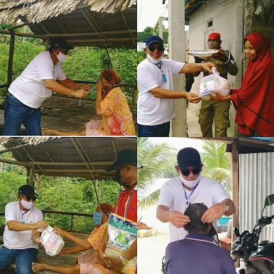 Bupati Malra M. Taher Hanubun saat memakaikan masker dan membagikan bantuan sembako ke warga Kei Besar