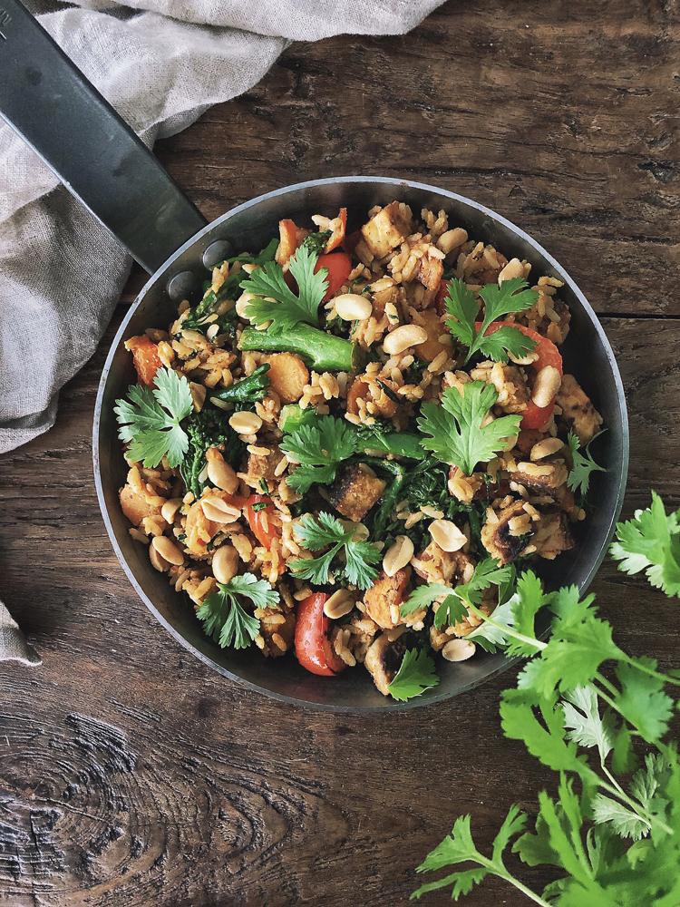 pistettua riisiä, tempeä ja maapähkinäkastiketta