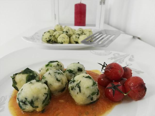 hausgemachte Spinatbällchen aus Kartoffelteig