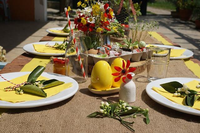 Οικογενειακό πασχαλινό τραπέζι στην βεράντα.