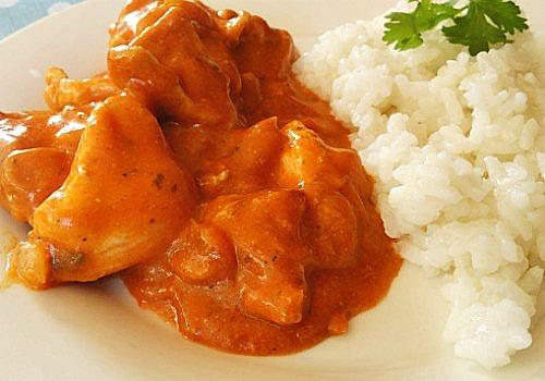 un pollo hindú cocido en leche de coco y tomate
