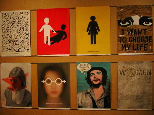 imagem de uma parece com oito peças gráficas em relação a mulheres.