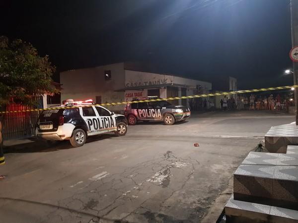 Jovem de 21 anos é abordada por dupla em moto e morta a tiros em Fortaleza