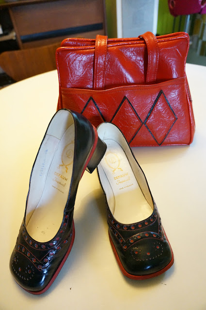 vintage red black vinyl diamond bag , square black red patent brogues chunky heels 1960 1970 60s 70s annees 60 70 sac